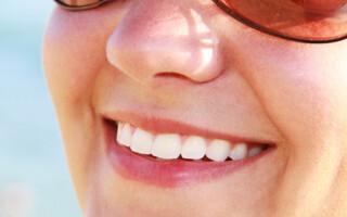 Co ovlivňuje barvu zubů?