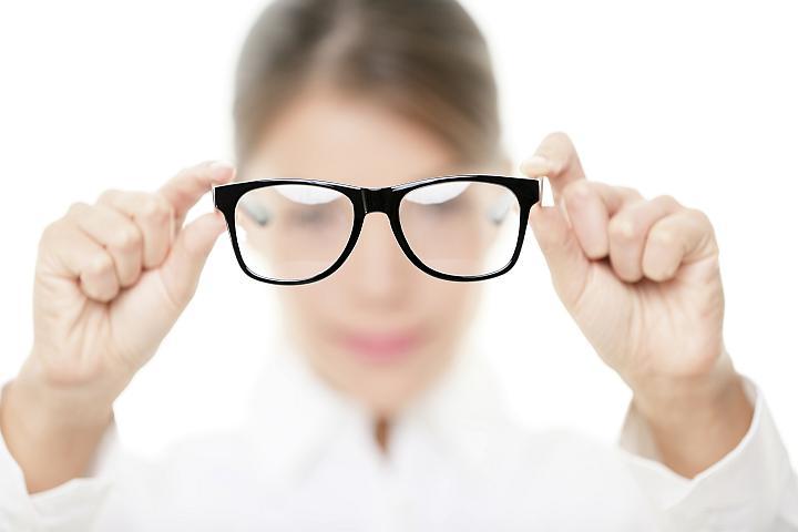 rozostřená dívka s brýlemi