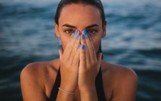 Kontaktní čočky Vám mohou v létě způsobit komplikace. TOTO je řešení.