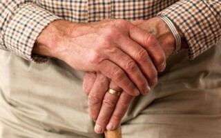 Trápí vás kyčle? Řešením může být totální endoprotéza